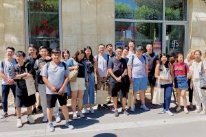 chinese student group learn french